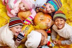 Dzieciaki na żółtych liść obrazy stock