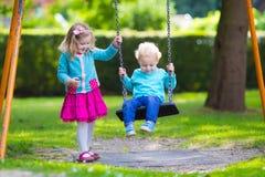 Dzieciaki na boisko huśtawce zdjęcie stock
