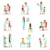 Dzieciaki Na Medycznym badania kontrolne Z Żeńskimi pediatra lekarkami Robi Fizycznemu egzaminowi Dla przedszkolnych zdrowie Obrazy Royalty Free