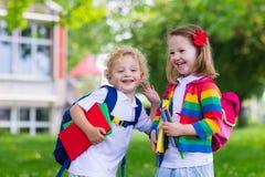 Dzieciaki na pierwszy dniu powszednim fotografia stock