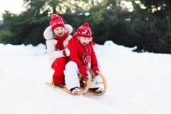 Dzieciaki na saniu Dziecka sanie Zima śniegu zabawa Obraz Royalty Free