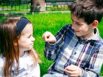 Dzieciaki na trawie Obrazy Royalty Free