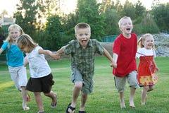 dzieciaki na zewnątrz działających potomstw zdjęcie royalty free