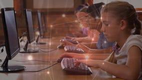 Dzieciaki nad komputerami w komputerowym pokoju zbiory wideo