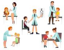 Dzieciaki odwiedzają doktorskiej kreskówki płaską wektorową ilustrację Pediatra i egzamininuje pacjenta Na białym tle fotografia royalty free