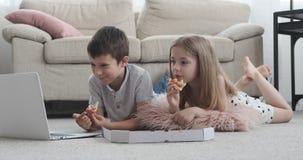 Dzieciaki ogląda film w domu zbiory wideo