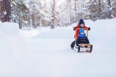 Dzieciaki outdoors na zimie Zdjęcie Stock