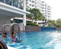 Dzieciaki pływa przy basenem w Bangi obraz stock