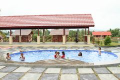 Dzieciaki pływa w odziewają w rozrywka parku Manneken zdjęcia stock