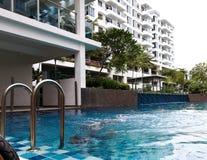 Dzieciaki pływa przy basenem w Bangi zdjęcia stock