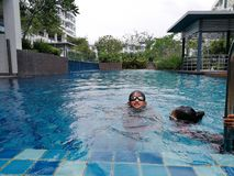 Dzieciaki pływa przy basenem w Bangi fotografia royalty free