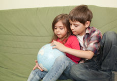 Dzieciaki patrzeje kulę ziemską Obrazy Royalty Free
