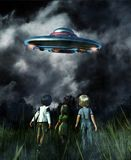 Dzieciaki patrzeje UFO spodeczek royalty ilustracja