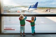 Dzieciaki podróż i komarnica Dziecko przy samolotem w lotnisku zdjęcie stock