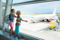 Dzieciaki podróż i komarnica Dziecko przy samolotem w lotnisku obrazy royalty free