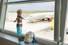 Dzieciaki podróż i komarnica Dziecko przy samolotem w lotnisku obrazy stock