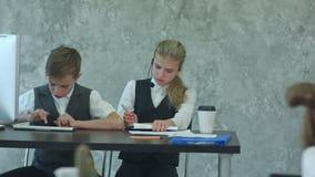 Dzieciaki pracuje z dokumentami i laptopem w biurze zbiory wideo