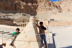 Dzieciaki przy Hatshepsut świątynią - Luxor, Egipt obraz stock