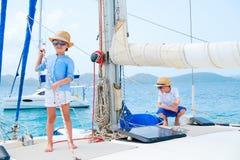 Dzieciaki przy luksusowym jachtem Obraz Royalty Free