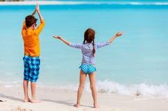 Dzieciaki przy plażą Obrazy Royalty Free
