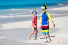 Dzieciaki przy plażą obrazy stock