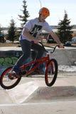 Dzieciaki przy rowerów parkowymi robi wyczynami kaskaderskimi Obrazy Royalty Free