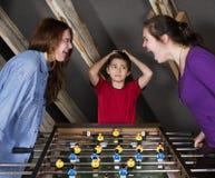 Dzieciaki przy stołowym futbolem Zdjęcia Royalty Free