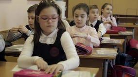 Dzieciaki przy szkołą podstawową zbiory wideo