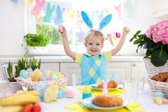 Dzieciaki przy Wielkanocnym śniadaniowym jajko koszem, królików ucho obrazy royalty free