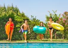 Dzieciaki przygotowywa skakać w wodę basen zdjęcia royalty free