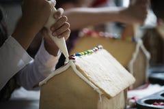 Dzieciaki robi piernikowych domów ciastkom obraz royalty free