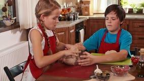 Dzieciaki robi pizzy w domu zdjęcie wideo