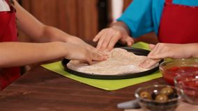 Dzieciaki robi pizzy w domu - rozciągać ciasto z rękami zdjęcie wideo