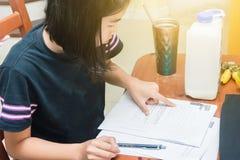 Dzieciaki robi pracie domowej wpólnie Obraz Royalty Free