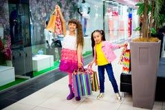 Dzieciaki robi zakupy w centrum handlowym Fotografia Stock