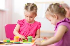 Dzieciaki rysuje i robi rękami Zdjęcia Royalty Free