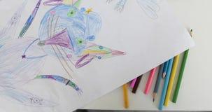 Dzieciaki rysuje na białym prześcieradle papier, zbliżenie zbiory