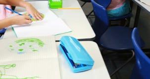 Dzieciaki rysuje w sala lekcyjnej zbiory wideo