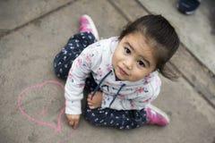 Dzieciaki Rysuje z kredą na chodniczku obrazy royalty free