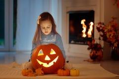 Dzieciaki rzeźbi bani na Halloween sztuczka przysmaki fotografia stock