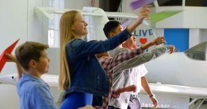 Dzieciaki rzuca papier heblują w stażowym instytucie 4k zbiory wideo