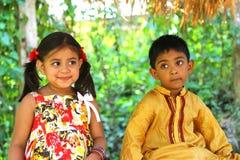 Dzieciaki sadzający w lesie Zdjęcie Stock