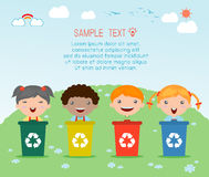 Dzieciaki Segreguje grat, przetwarza grat, Save świat, Wektorowa ilustracja royalty ilustracja