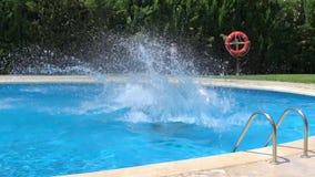 Dzieciaki skacze w błękitne wody basen zbiory wideo
