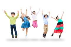 dzieciaki skacze w powietrzu nad białym tłem zdjęcie royalty free