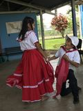 Dzieciaki Tanczy w etnicznego kostiumu śmiesznej twarzy zdjęcie stock