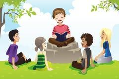 Dzieciaki target52_1_ biblię Fotografia Royalty Free