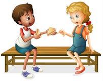 Dzieciaki target767_1_ na ławce Obrazy Royalty Free