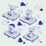 Dzieciaki target857_1_ na książkach Obrazy Royalty Free