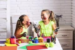Dzieciaki uczy się i bawić się obrazy royalty free